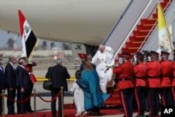 Paus Fransiskus tiba di bandara internasional Baghdad, Irak, Jumat, 5 Maret 2021.