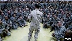 Laksamana AS, Mike Mullen saat meninjau pasukan AS di Irak (foto: dok). Presiden Obama telah mengumumkan untuk menarik seluruh pasukan AS dari Irak akhir tahun ini.