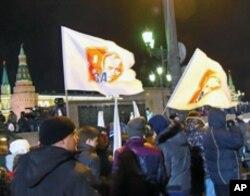 投票結束後紅場旁邊支持普京集會,標語:支持普京
