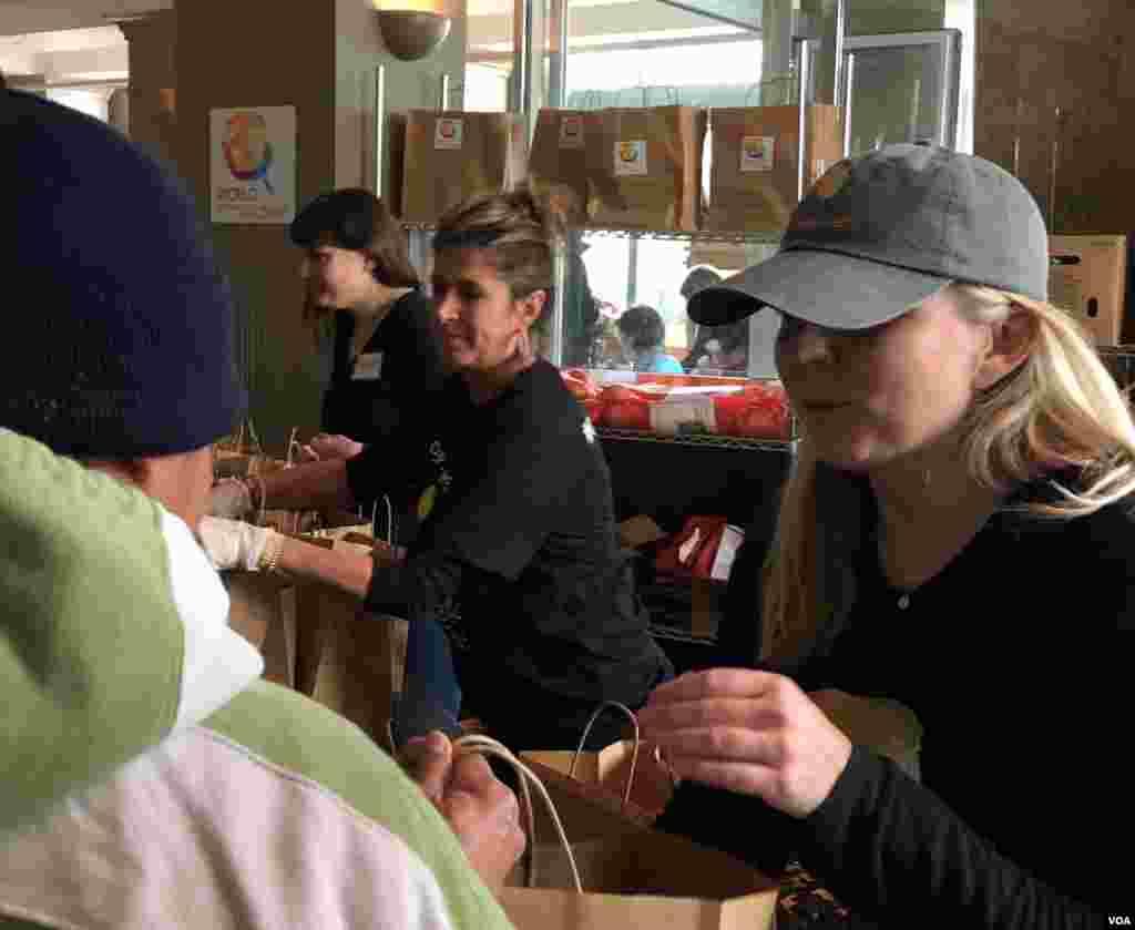 名厨何塞·安德烈斯的世界中央厨房在华盛顿向因政府关门而拿不到工资的联邦员工免费发放蔬菜瓜果。(2019年1月23日)
