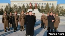 북한 공군 사령관 출신인 리병철(붉은 원 안)이 최근 노동당 제1부부장으로 승진한 것으로 13일 확인됐다.