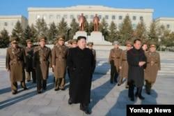 북한의 리병철 노동당 제1부부장(붉은 원 안) 이 김정은 국무위원장을 수행하고 있다. (자료사진)