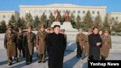 북한의 리병철 노동당 제1부부장(붉은 원 안)이 지난 2015년 3월 김정은 국무위원장을 수행하고 있다. (자료사진)