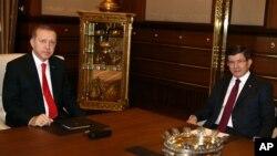 Turkiya Prezidenti Rajab Toyib Erdog'an (chapda) va Bosh vaziri Ahmet Dovuto'g'li, Anqara, 25-avgust, 2015-yil