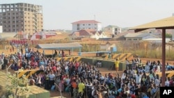 Civilians arrive at the UNMISS compound adjacent to Juba International Airport to take refuge, Dec. 17, 2013. (UNMISS)