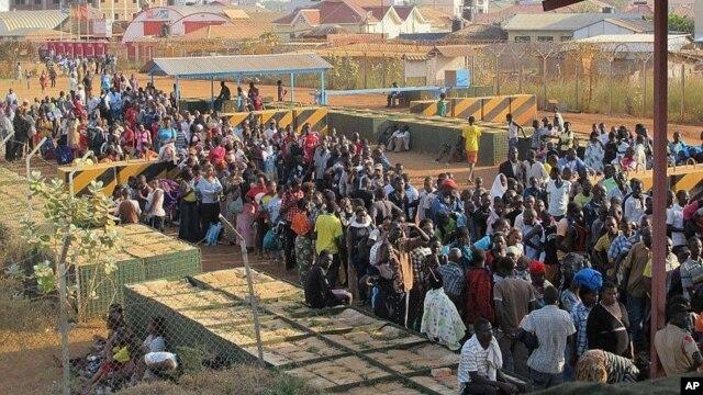 Warga sipil tiba di komplek UNMISS yang terletak di dekat Bandara Internasional Juba untuk berlindung, 17 Desember 2013. (UNMISS)