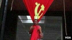 宋莊藝術家追魂2010年以中共黨旗上吊的行為藝術(網絡圖片)