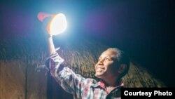 Program Lampu Tenaga Surya Hemat Energi (LTSHE) Kemen ESDM periode 2017-2019 mampu menerangi sekitar 350.000 rumah di seluruh Indonesia. (Foto: Humas ESDM)