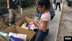Organizaciones pro-inmigrantes entregan juguetes a niños solicitantes de refugio o asilo.