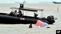 Tàu của Cục Thực thi Luật pháp Hàng hải của Malaysia. Bộ trưởng Shahidan nói Malaysia có thể sẽ có hành động pháp lý nếu các tàu TQ đi vào vùng đặc quyền kinh tế của nước này.