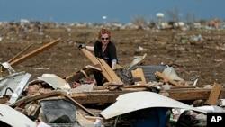 Bác sĩ Amanda Theys cạnh đống đổ nát của phòng khám y tế tại thị trấn Moore sau cơn bão lốc, ngày 21/5/2013.