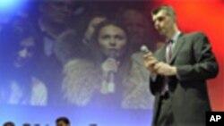 俄罗斯富豪普罗霍罗夫和年轻选民会面(2012年1月27号资料照)
