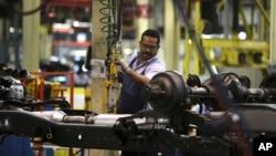 Un trabajador ensambla un automóvil en una planta venezolana.