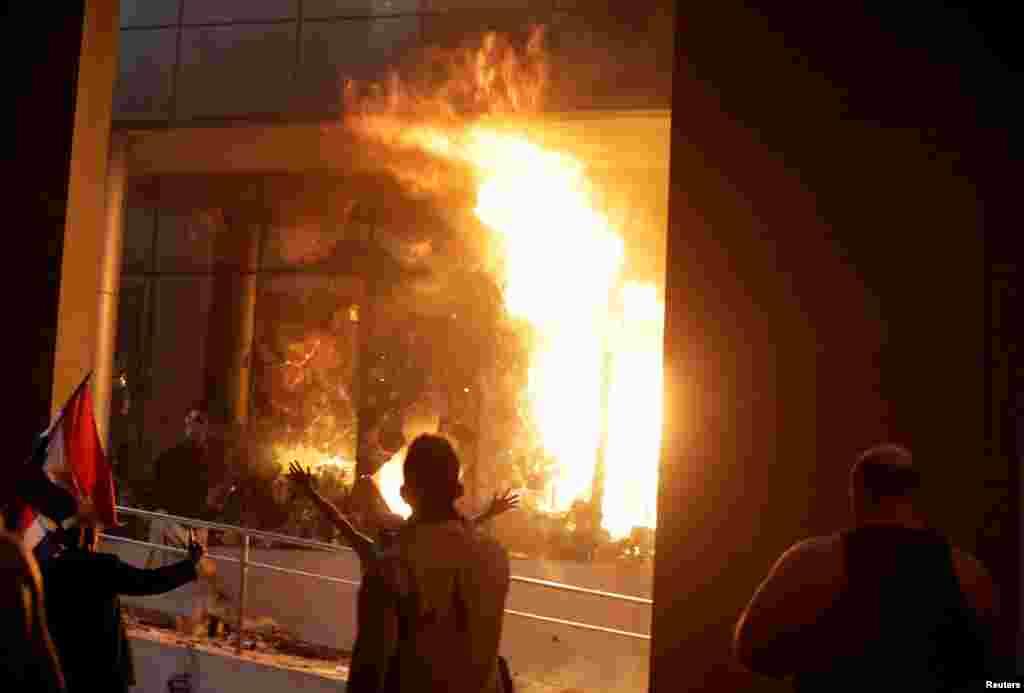 مشتعل مظاہرین نے کانگرس کی عمارت کو نذر آتش کر دیا۔
