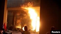 파라과이에서 31일 시위자들이 의회에 불을 지르며 시위하는 모습
