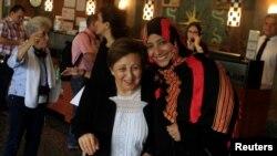 နုိဘယ္လ္ၿငိမ္းခ်မ္းေရးဆုရွင္ ၂ ဦးျဖစ္တဲ့ အီရန္ႏိုင္ငံက Shirain Ebadi (၀ဲ) နဲ႔ ယီမင္ႏိုင္ငံက Tawakkol Karman (ယာ) တုိ႔ ႏွစ္ဦး (ဓါတ္ပုံ-႐ုိက္တာ)