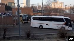 Автобусы c дипломатами покидают посольство США. Москва, Россия, 5 апреля 2018