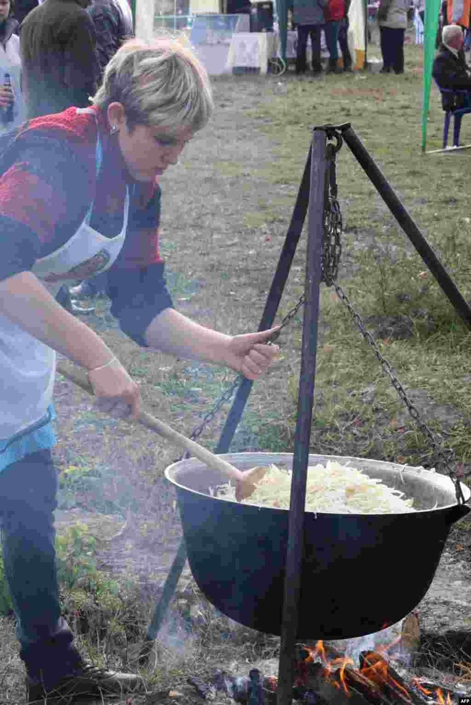 Праздник с дымком: капусту тушили в чанах на кострах и жарили колбаски на сковородках.