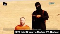 Un homme présumé être Mohammed Emwazi, près d'un otage qui serait décapité (Reuters)