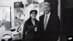 Foto oficial de Mónica Lewinsky junto al entonces presidente Bill Clinton, en la Casa Blanca, el 17 de noviembre de 1995.