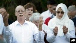 Ed na Paula Kassig, wakisali katika ibada ya kumwombea mtoto wao Abdul-Rahman Kassig katika chuo kikuu cha Butler huko Indianapolis, Indiana, on Oct. 8, 2014.