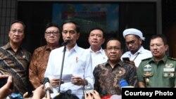 Presiden Joko Widodo memberi keterangan kepada pers di depan RSPAD Gatot Subroto, Jakarta, Kamis siang, 10 Oktober 2019, seusai menjenguk Menkopolkam Wiranto. (Foto courtesy: Setpres RI)