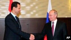 Suriya prezidenti Bəşər Əsəd və Rusiya prezidenti Vladimir Putin may ayında Rusiyanın Soçi şəhərində keçirilən görüşdə