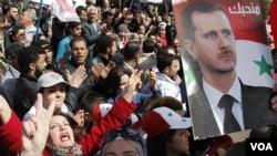 Televisi pemerintah menyiarkan rapat-rapat umum mendukung presiden Bashar al-Assad di beberapa kota, termasuk di Lapangan Umayyad, Damaskus (15/3).