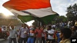 Các fan môn thể thao cricket ở Ấn Độ phất cờ Ấn bên ngoài sân vận động Chinnaswamy
