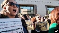 Des manifestants pro-immigration devant la mairie de Los Angeles à Los Angeles, le 20 décembre 2016