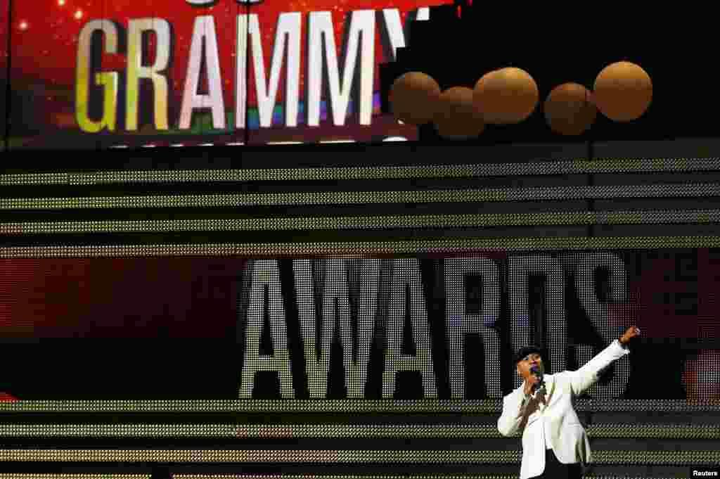 Pembawa acara LL Cool J pada acara tahunan Grammy Awards di Los Angeles, California (10/2).