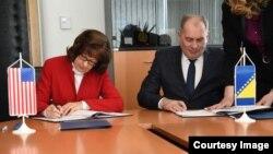 Ministar Dragan Mektić i američka ambasadorica u BiH Maureen Cormack potpisuju memorandume kojim će SAD donirati Graničnu policiju i Direkciju za koordinaciju policijskih tijela, Sarajevo, 27. mart 2018.