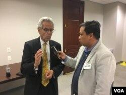 លោក Alan Lowenthal សមាជិកម្នាក់នៃគណ:កម្មការសិទ្ធិមនុស្សនៃសភាស.រ.អា Tom Lantos ផ្តល់បទសម្ភាសន៍ឲ្យលោក សុខ ខេមរា នៃ VOA អំពីបញ្ហាសិទ្ធិមនុស្សនៅកម្ពុជា នៅរដ្ឋធានីវ៉ាស៊ីនតោន កាលពីថ្ងៃព្រហស្បតិ៍ ថ្ងៃទី៨ ខែធ្នូ ឆ្នាំ២០១៦។ (VOA Khmer)