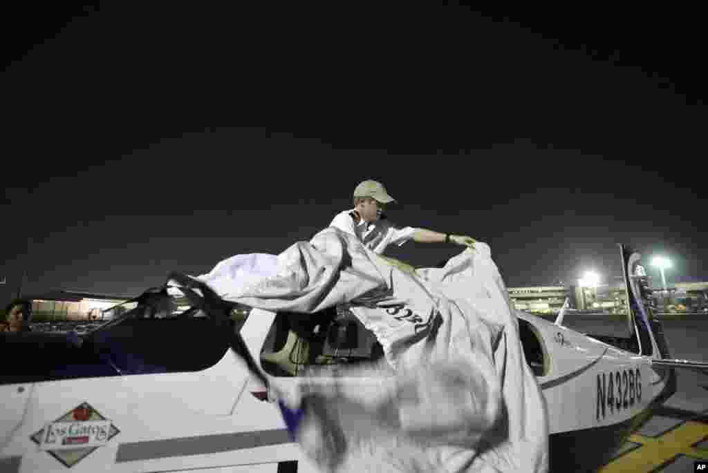 Anh Jack Wiegand, cư dân California, che lại chiếc máy bay Mooney 20 một động cơ khi anh từ Bangkok tới Manila, chặng dừng chân thứ 5 của anh trong chuyến du hành mang ý định trở thành phi công trẻ tuổi nhất bay vòng quanh thế giới. Trước đó, anh chàng 20 tuổi này đã bay từ Bắc Mỹ đến châu Âu, Trung đông, Nam Á. Anh định đến Nhật Bản vào ngày 28.
