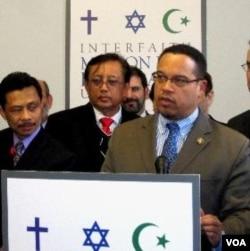 Anggota Kongres AS yang beragama Islam, Keith Ellison (kanan), menyambut baik seruan dialog dari tokoh lintas agama AS-Indonesia, Rabu (29/2).