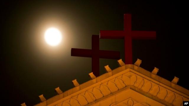 月光照耀下的温州圣三一教堂十字架。(资料照)