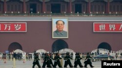 Polisi paramiliter berbaris di Alun-Alun Tiananmen sebelum pertemuan Kongres Nasional Rakyat China (NPC), Maret 2013. (Reuters/Kim Kyung-Hoon)