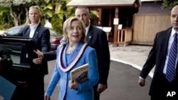 ລມຕ ຕ່າງປະເທດສະຫະລັດ ທ່ານນາງ Hillary Rodham Clinton ພວມຍ່າງໄປຫາລົດລີໂມຊີນ ຫຼັງຈາກກ່າວຄຳປາໄສ ກ່ຽວກັບການພົວພັນຂອງ ສຫລ ແລະເຂດເອເຊຍ-ປາຊີຟິກ ທີ່ນະຄອນໂຮໂນລູລູ ລັດຮາວາຍ (28 ຕຸລາ 2010)