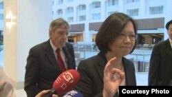 蔡英文在走出國務院後對媒體發表簡短講話(圖片來源:蔡英文訪美媒體團)