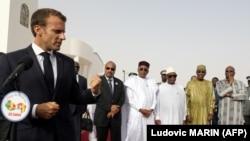 Le président français Emmanuel Macron prononce un discours lors d'une conférence de presse à l'ouverture d'une réunion des forces du G5 Sahel à Nouakchott en Mauritanie le 2 juillet 2018.