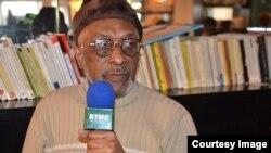 Salim Himidi akihojiwa na kituo cha televisheni cha RTMC cha Komoro