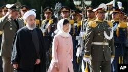 이란을 방문한 박근혜 한국 대통령(가운데)이 하산 로하니 이란 대통령과 함께 2일 테헤란 사드아바드궁에서 열린 공식 환영행사에서 의장대를 사열하고 있다.