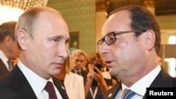 2014年10月17日俄罗斯总统普京与法国总统奥朗德在米兰举行的欧亚峰会期间交谈。