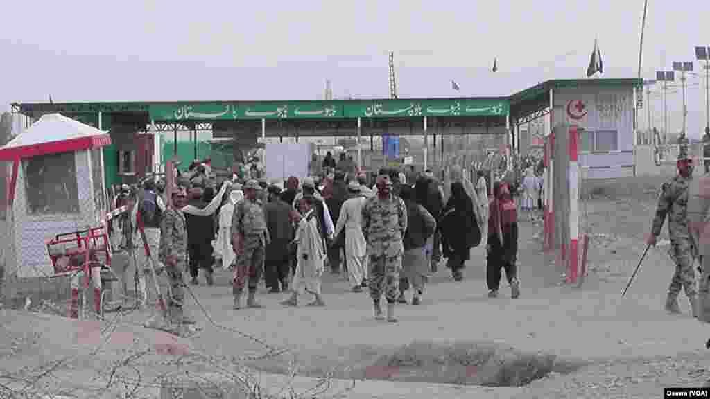 منگل کی صبح پاک افغان سرحد کو طورخم اور چمن کے مقامات پر تمام قسم کی آمد و رفت کے لیے کھول دیا گیا ہے۔