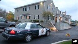 Mobil polisi berjaga di dekat rumah duka di North Attleborough, Massachusetts yang menjadi tempat sementara jenazah tersangka bom Boston (2/5).