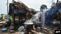Une femme de la communauté baoulé prépare la nourriture lors des célébrations dans le village d'Assounvoue, en Côte d'Ivoire, le 1er avril 2018.