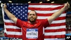 El ganador de la medalla de oro, Ryean Whiting, celebra el título en el Mundial de Atletismo bajo techo, en Sopot, Polonia.