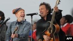 Pete Segeer dhe Bruce Springsteen interpretojnë në ceremoninë e inaugurimit të Presidentit Obama më 18 janar 2009