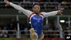 Vận động viên Mỹ Simone Biles trình diễn trên đà thăng bằng trong nội dung thi đấu đơn nữ thể dục dụng cụ tại Thế vận hội Mùa hè 2016, ngày 11 tháng 8 năm 2016.