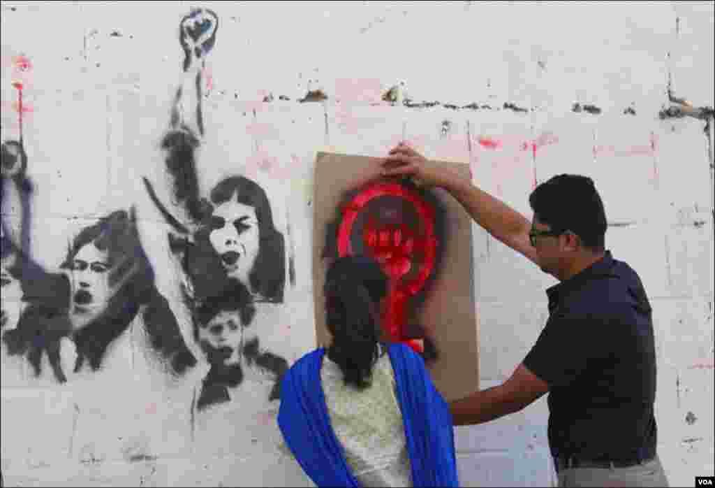 نوجوانوں کا کہنا ہے کہ وہ مہم کے ذریعے عوام کو خواتین کے خلاف ہونے والے تشدد سے متعلق آگاہی فراہم کرنا چاہتے ہیں